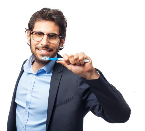 hombre con cepillo de dientes